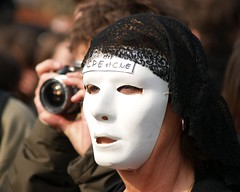 April 4, 2006 - 17:10 (Hughes Léglise-Bataille) Tags: portrait paris france face mask protest photojournalism olympus 2006 demonstration manifestation cpe e500 v500