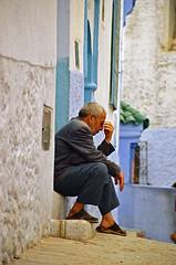 Le vieux penseur - Old man thinking (Délirante bestiole [la poésie des goupils]) Tags: marocco maroc chefchaouen old think rodin blue street penser morocco 100v10f