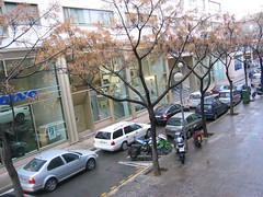 Living near a big department store. (betty.) Tags: barcelona street cars de calle traffic bikes jam carrer coches atasco cotxes motos desembre cinc embus