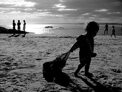 El niño de la bolsa (Libertinus) Tags: baby beach backlight contraluz lafotodelasemana playa s5000 niño cabopolonio rocha mes012006 lfscontraluces