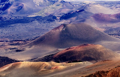 Inside the Haleakala Volcano. (Robin Thom) Tags: deleteme2 landscape ilovenature hawaii topv333 savedbythedeletemegroup topv1111 maui craters saveme10 haleakala fv10 z volcanoes mutedcolors muted 333v3f 3333v33f
