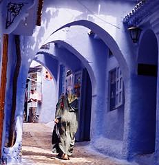 Tranquilité sous des arcs cyan (Délirante bestiole [la poésie des goupils]) Tags: blue topf25 hat thanks gorgeous violet morocco maroc typical chefchaouen rif 72points rifain