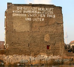 Grenzverlauf (mitue) Tags: streetart berlin graffiti 7 fernsehturm nks diegrenzeverläuft