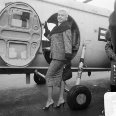 Jayne Mansfield vertrekt per helicopter naar Rotterdam (poedie1984) Tags: jayne mansfield rotterdam helicopter airport schiphol amsterdam vliegveld dutch netherlands nederland holland old hollywood sex symbol actress aircraft sikorsky helicopters delay vertraging 1957 movie star