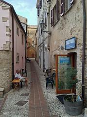 le vie di Ortona. (LucaBertolotti) Tags: abruzzo trabocchi ortona restaurant ristorante street streetphotography italia italy city world people