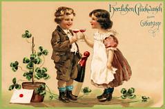 Geburtstagsgruss 1909 (zimmermann8821) Tags: druck geburtstag grafik gruskartefeiertag hose kind kleid lithographie postkarte klee kleeblatt sekt sektgläser briefumschlag blumentopf schürze geburtstagsglueckwunsch geburtstagsglückwunsch geburtstagsglückwünsche