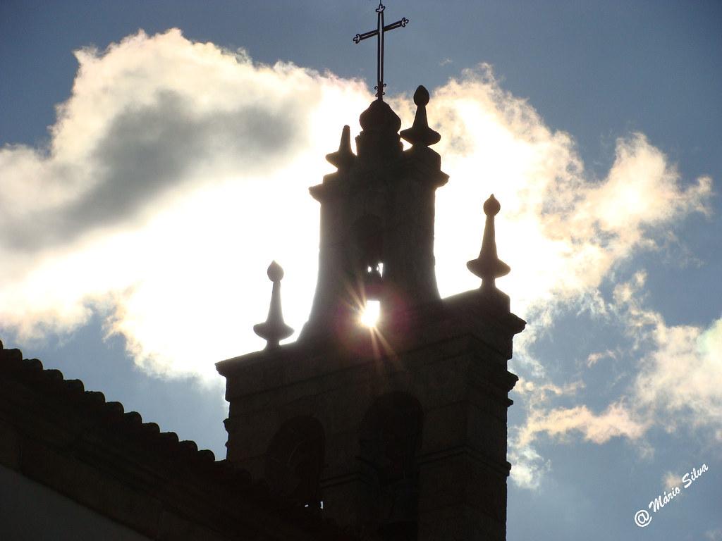 Águas Frias (Chaves) - ... o sol quer brilhar por entre a torre sineira ...