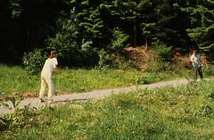 Picknick im Odenwald (4) (Rüdiger Stehn) Tags: 1987 1980er dia slide analogfilm scan canoscan8800f minoltasrt100x europa mitteleuropa deutschland südhessen badenwürttemberg landschaft natur wald germany menschen mittelgebirge odenwald diapositivfilm analog kleinbild kbfilm 35mm urlaub reise reisefoto