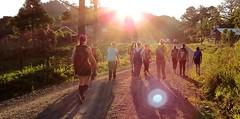 entardecer na estrada (Jakza) Tags: pessoas caminhantes naestrada entardecer pordosol contraluz