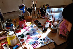(A l e _ J a n d r a) Tags: el arte de gador no tiene limites bored home acrilico y pinceles paleta con muchos colores agua sucia limpiar los picenes mesa artista puedo parar crear pintora cuadro todas las demás cosas casa en madrid