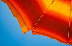 Non si può essere infelice quando si ha questo l'odore del mare, la sabbia sotto le dita, l'aria, il vento. (rinosaltini1) Tags: baiadiguidaloca mare ombrellone rosso sicilia trapani colori