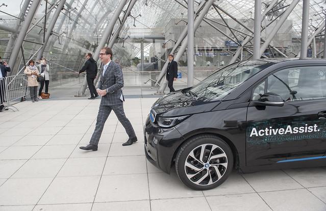 Alexander Dobrindt arrives driverless