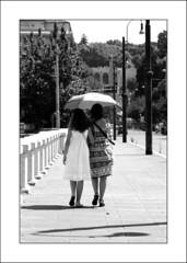 A spasso sotto il sole di Roma#1 (francescoilarioesposito) Tags: roma estate ponte donne sole ombrello