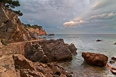 Cala Canyet (Gatodidi) Tags: mar agua costa mediterraneo olas orilla espuma roca piedra barcelona nubes cielo azul cataluña catalunya landscape paisaje paisatge spain españa nikon d90 bancos atardecer crepusculo rojo seda cala canyet tossa