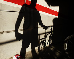 A casita, amiga (Markus' Sperling) Tags: shadow bike cycling cyclist parking ombra bicicleta sombra ciclista bici garaje cochera
