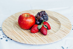 Fruits. (Cristiane Tsuchida) Tags: apple fruits fruit strawberry plate grape