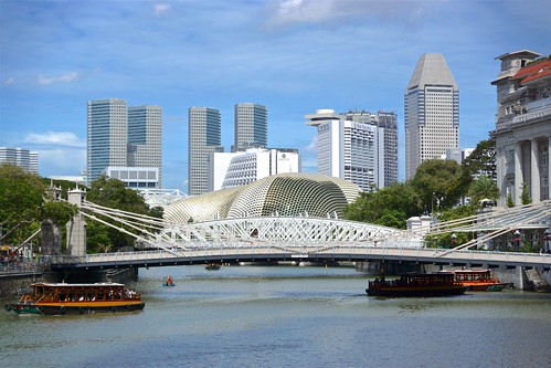 Cavenagh Bridge spanning the Singapore river