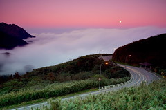 [Pink Sky, Low Clouds and a Full Moon in the Evening] (miltonsun) Tags: sky lowclouds fullmoon taipei taiwan lowfog nightscene longexposure dusk nightphotography bluehour rollinghills evening sunset landscape mountains traffictrails scenery outdoor 雲海 陽明山 陽金公路 小油坑
