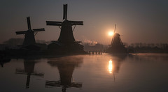 Zaanse Schans, Nederland (urbanexpl0rer) Tags: nederland dutch holland noordholland thenetherlands netherlands zaanseschans zaandam molens mills landscape water waterreflections morning sunrise dusk