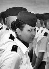 Femme militaire NB (Louchat) Tags: soldier army women military femme militaire armée défilé