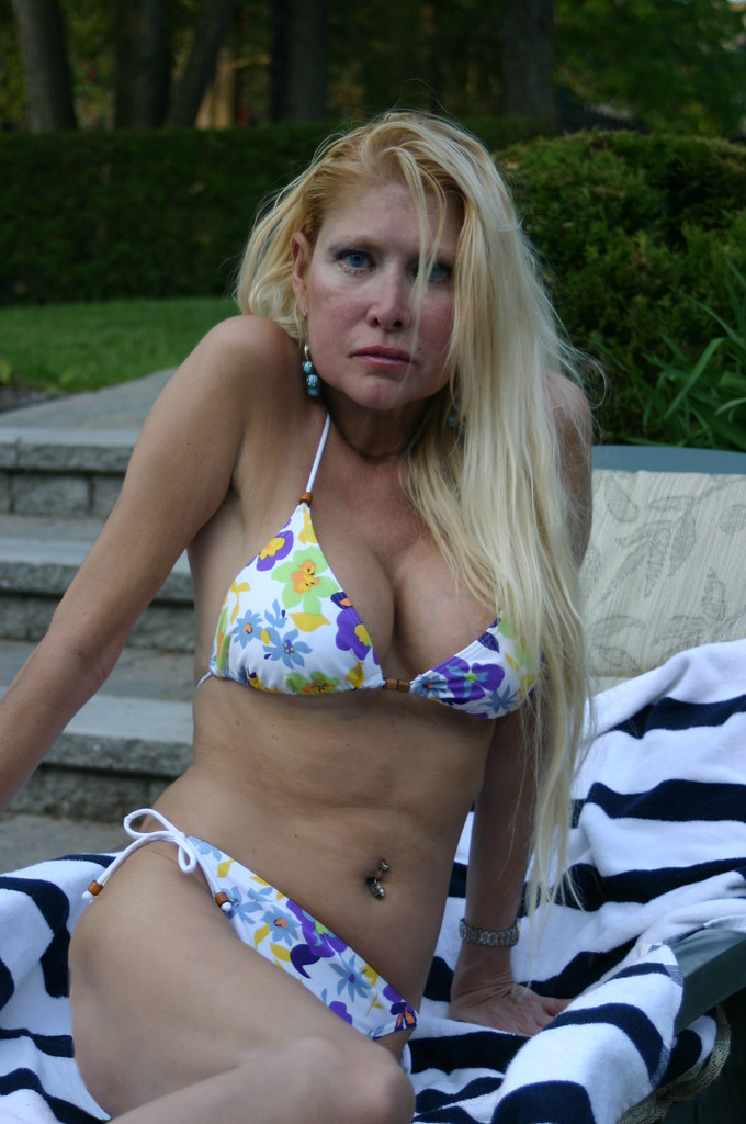 Free mature bikini blonds