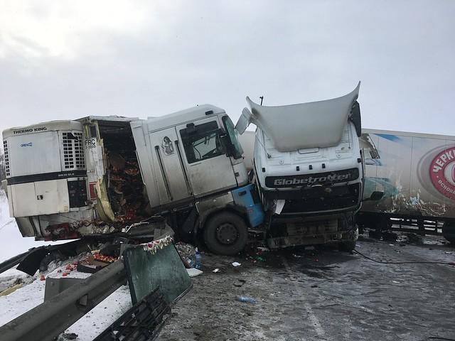 Столкновение 2-х  фургонов  под Сызранью осложнило движение потрассе М-5