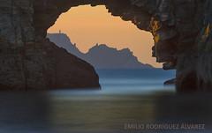 VENTANA AL ORTEGAL (Emilio Rodríguez Álvarez) Tags: cariño ortigueira peña pena furada loiba galicia coruña mar sea cantabrico oceano marina sealand canon 7d color cueva roca rock landscape