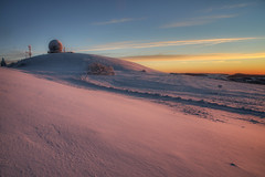 Abhörstation (Rainer Schund) Tags: abhörstation wasserkuppe hessen berg winter schnee landschaft landscape badlands snow sonnenaufgang sunrise kalt warm