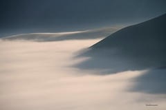 (claudiophoto) Tags: fog montagne nebbia umbria gettyimages castelluccio sibillini vettore parconazionale montisibillini flickrbest pianperduto flickrdiamond paesaggiitaliani paesaggidellemarche fluidr fotodellemarche