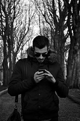 27.365 Génération 2.0 (magaly.frances) Tags: portrait blackwhite noiretblanc web20 ami pèrelachaise cimetière