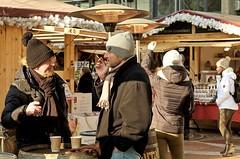 Chat (Gerd Trynka-Ottosohn) Tags: ottosohnfoto budapest gerdtrynka germany gespräch chat talk conversation personen mützen winter schal scarf shawl outside fujixt10 xf56mmf12