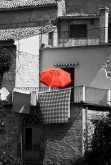 Più rosso non si può (GloriaPlebani) Tags: rosso bn borgo ombrello ombrellone red umbrella bw nikond80