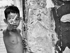 street kid Phnom Penh (Alice de Kruijs Photography) Tags: street travel boy people blackandwhite white black love youth portraits asia cambodia skin finger poor streetphotography buddhism phnom wal penh etes overty