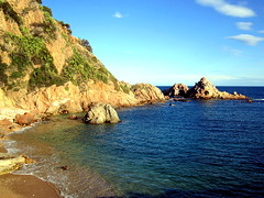 Cala Punta Santa Ana, Blanes, Gerona, España. (PGARCIA.) Tags: blanes gerona cataluña españa costabrava naturaleza tiempolibre mar turismo spain libre roca acantilado costa paisaje playa agua
