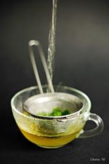 Mint infusion (photoschete.blogspot.com) Tags: canon 70d eos 50mm macro infusión té tea poleo pennyroyal menta mint manzanilla chamomile caliente hot beber bebida drink verter pour colador fondonegro