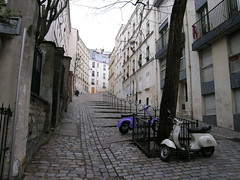 Rue du Chevalier de la Barre - Paris (France) (Meteorry) Tags: europe france paris street rueduchevalierdelabarre rue chevalier barre montmartre scooter vespa tree hill butte facades goblestones daily life meteorry