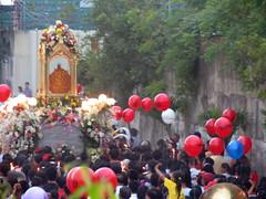sinulog 2006 - sto. nio's back (adlaw) Tags: sinulog sinulog2006 procession stonino festival cebu cebucity philippines fluvialparade colors tradition culture religion faith catholic cebusugbo