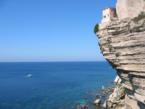 בית על מצוק בוניפציו, מצוקי גיר בוהקים מעל ים כחול-ירוק