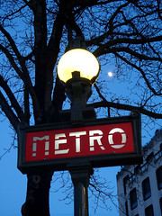 Metro (Toni Kaarttinen) Tags: light sunset moon paris france sign night lights evening frankreich metro frana frankrijk prizs francia iledefrance parijs suns parisian pars  parigi frankrike  pary   francja ranska pariisi  franciaorszg  francio parizo  frana