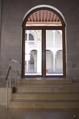 Adivina quién viene esta tarde. (elojeador) Tags: puerta escalón escalera baranda mármol cristal madera piedra patio claustro valladolid estáalllegar elojeador