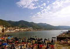 Strand von Cefalù - Beach of Cefalù (kaettjenna) Tags: sizilien sicilia sicily cefalu strand beach menschen leute people summer urlaub holidays vacation sea mediterraneansea mittelmeer tourismus