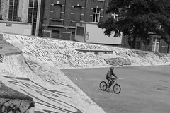 Une vie passionnante (Moris.marcel) Tags: bike kid belgium streetphotography bruxelles skatepark brussel 2015