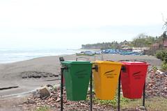 Tri slectif, plage de Seseh, Bali. (GeckoZen) Tags: bali indonesia plage poubelle canggu seseh pantaiseseh