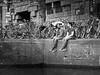 chat (heinzkren) Tags: amsterdam niederlande netherlands fahrrad bikes men männer bicycles cycles grachten parkplatz parking gespräch plauderei pause break transport verkehr downtown city zentrum traffic street streetfoto holland bank thebank mauer wall fiets small talk smalltalk candit