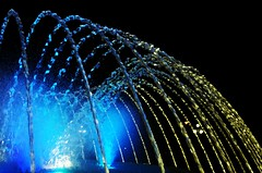 Circuito Mágico del Agua - Lima, Perú (paloma.gamarra) Tags: street parque light people urban naturaleza cold luz peru noche agua lima pentax colores urbano pileta seda tiempo congelado