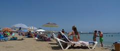 Contra la calor (GonzalezNovo) Tags: costa hot beach playa paisaje verano melilla mediterrneo calor baos airelibre playeros veraneo orilladelmar deplaya pwmelilla veranearenmelilla playadeloscrabos