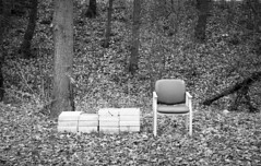 Een Glaasje, een Kaasje (Arne Kuilman) Tags: nikon f100 ilford xp2 amsterdam film scan v600 epson c41 2485 nikkor afs chair stoel