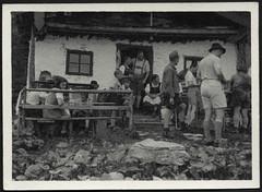 Archiv K723 Wanderhütte, 1930er (Hans-Michael Tappen) Tags: archivhansmichaeltappen hütte wandern berg berghütte männer frauen sommer dirndl outfit boy junge outdoor fotorahmen lederhose hut mütze 1930er 1930s