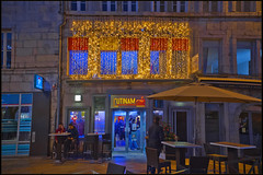 Couleurs de fêtes  à Besançon; Utinam Café , no. 5584. (Izakigur) Tags: flickr izakigur france besançon red yelow couleurs hope nikkor nikond700 nikkor2470f28 d700 night nuit notte