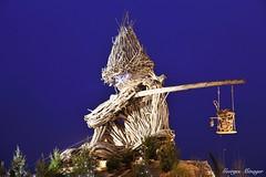Flottin musicien (joménager) Tags: hautesavoie night nikonafs24120f4 poselongue lesflottins heurebleue rhônealpes évènementfête nuit lefabuleuxvillage nikonpassion sculpture nikond3 boisflotté evianlesbains thononlesbains france fr